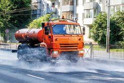 Diese Abbildung zeigt ein Fahrzeug der Straßenreinigung im Einsatz.