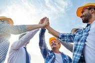 Das Bild zeigt Bauhofmitarbeiter, die sich gegenseitig motivieren und zusammen anpacken.