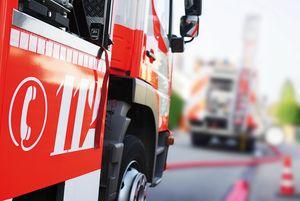 Das Bild zeigt ein Feuerwehrfahrzeug in Aktion; das Ergebnis einer Feuerwehrfahrzeugausschreibung.