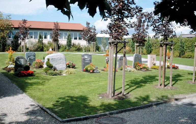 Auf dem Bild ist ein Friedhof mit Systemgräbern zu sehen.
